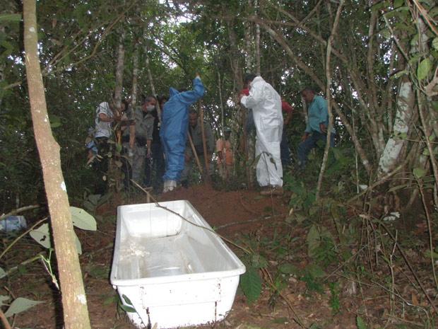 Policiais encontraram corpo de adolescente enterrado perto de um brejo em fazenda de suspeito do crime (Foto: Divulgação/Polícia Civil de Itarumã)