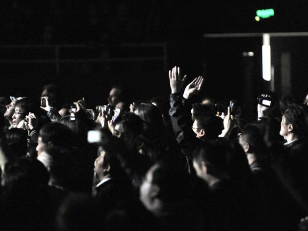 Plateia assiste ao show de Bob Dylan na China (Foto: AFP)