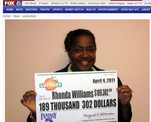 Rhonda Williams posa com o cheque do prêmio (Foto: Reprodução)