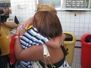 Tia de menina morta em escola de Realengo (Foto: Aluizio Freire/G1)