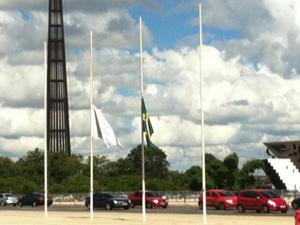 Bandeiras a meio mastro, em sinal de luto, no Palácio do Planalto (Foto: Nathalia Passarinho / G1)