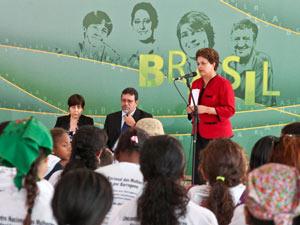 A presidente Dilma Rousseff durante encontro com representantes do movimento Mulheres Atingidas por Barragens (Foto: Roberto Stuckert Filho/PR)