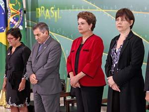 A presidenta Dilma Rousseff e ministros fazem um minuto de silêncio em homenagem às vítimas do tiroteio em escola no Rio de Janeiro nesta quinta (Foto: Roberto Stuckert Filho/PR)