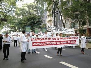 Médicos protestam no Centro de São Paulo na manhã desta quinta-feira (Foto: Juliana Cardilli/G1)