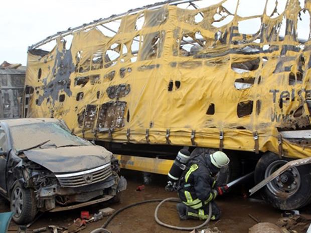 O acidente foi provocado por uma tempestade de areia, que diminuiu a visibilidade. Vários carros pegaram fogo. (Foto: AFP)