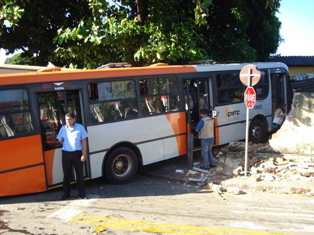 Ônibus perde controle e invade casa, em Goiânia (Foto: Divulgação/Corpo de Bombeiros-GO)