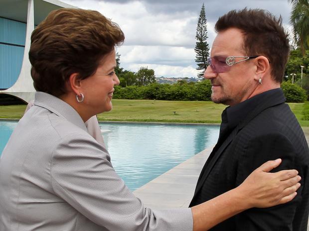 Presidente Dilma Rousseff recebe no Palácio da Alvorada o vocalista da banda U2 e co-fundador da Fundação ONE, Bono Vox (Foto: Roberto Stuckert Filho/PR)