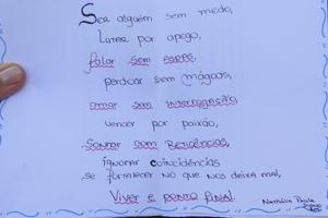 Carta escrita por uma das alunas em homenagem as vítimas do massacre no Rio de Janeiro (Foto: Pedro Triginelli / G1)