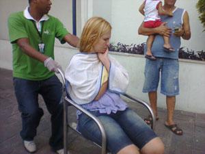 Mulher passa mal após bandidos invadirem a Escola Municipal Astrogildo Pereira, em Bangu (Foto: Christiano Ferreira/G1)