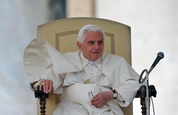O Papa Bento XVI durante sua audiência semanal na quarta-feira (6) (Foto: Reuters)