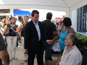 Prefeito Eduardo Paes cumprimenta familiares das vítimas de ataque à escola em Realengo (Foto: Igor Christ/G1 RJ)