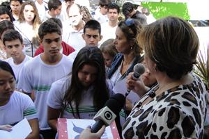 Professora orienta os alunos durante a homenagem (Foto: Pedro Triginelli / G1)