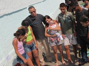Familiares de Mariana rezam na porta da escola (Foto: Tahiane Stochero/G1)
