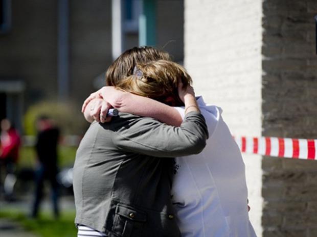 Moradores se abraçam do lado de fora do shopping em que ocorreu o tiroteio neste sábado (9) (Foto: AFP)