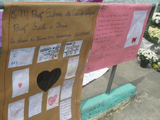 Cartazes feitas por crianças de outras escolas (Foto: Tahiane Stochero/G1)