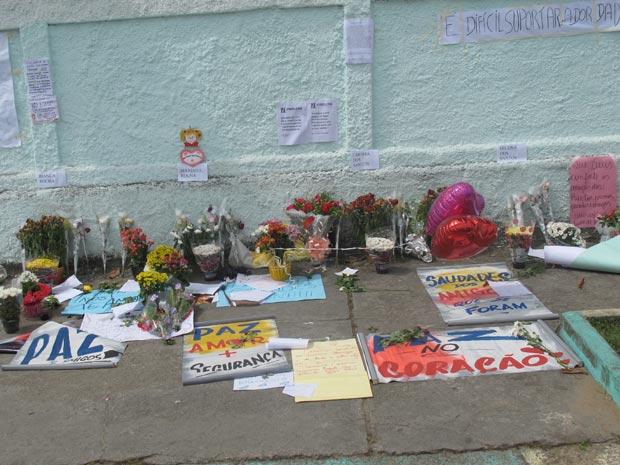 Cartazes em homenagem às vítimas (Foto: Tahiane Stochero/G1)