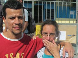 Casal participa de abraço simbólico (Foto: Tahiane Stochero/G1)