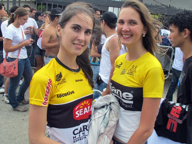 As primas Jéssica Sartor e Daniele Studzni, de Criciúma, compraram ingressos falsificados de um cambista (Foto: Marcelo Mora/G1)