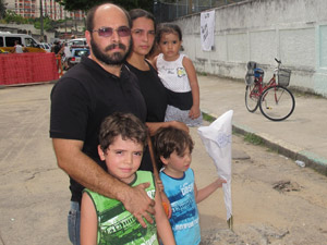 Família presta homenagem (Foto: Tahiane Stochero/G1)