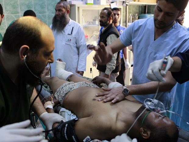 Soldado leal a Kadhafi é atendido por médicos perto de Brega (Foto: Youssef Boudlal / Reuters)