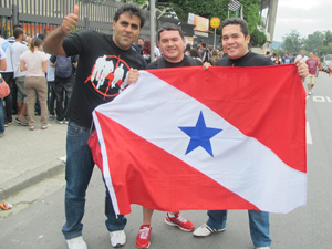 Amigos que saíram de Macapá exibem a bandeira do Pará (Foto: Marcelo Mora/G1)