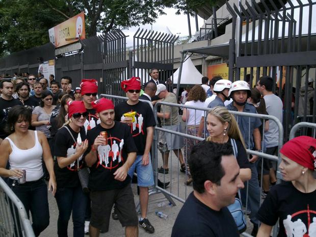 Fãs do U2 durante a abertura do portão 4 do Morumbi neste sábado (9), que dá acesso à pista (Foto: Marcelo Mora/G1)