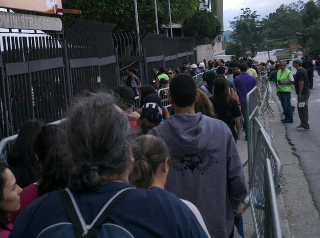 Fila formada por fãs do U2, que se apresenta neste sábado (9) no estádio do Morumbi, em SP (Foto: Marcelo Mora/G1)