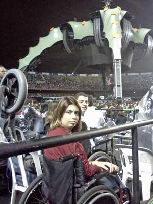 Renata e Thiago comemoram estrutura do palco que privilegia visão até de cadeirantes. (Foto: Gustavo Miller / G1)