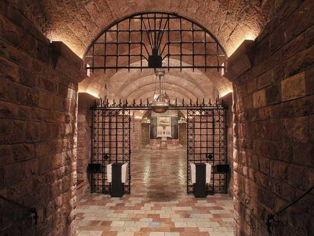 Urna como a cripta do túmulo de São Francisco de Assis acabam de passar por um inédito processo de restauração. (Foto: Associated Press)