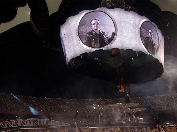Bono aparece nos telões do palco 360º. (Foto: Flávio Moraes / G1)