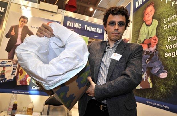 Laurent Helewa mostra sua privada portátil descartável. (Foto: Fabrice Coffrini/AFP)