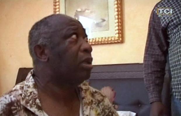 Laurent Gbagbo é visto após sua prisão, nesta segunda-feira (11) no Golf Hotel, sede da oposição, em Abidjan. (Foto: AP)