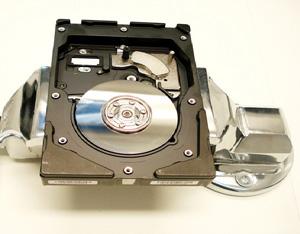Detalhe de um disco (platter) dentro da estrutura de um HD (Foto: DataRecover/Divulgação)