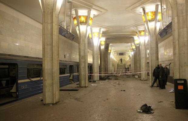 Local da explosão, já isolado, na noite desta segunda-feira (11) (Foto: AP)