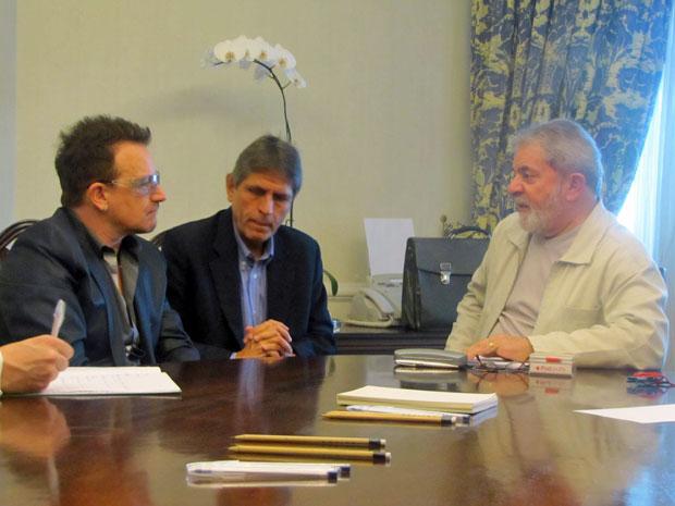 O ex-presidente do Brasil Luiz Inácio Lula da Silva e o vocalista da banda U2, Bono Vox, reuniram-se na tarde desta segunda-feira (11) em um hotel em São Paulo. O encontro durou duas horas e nenhum dos dois deu entrevista. Lula e Bono conversaram sobre problemas na África, desenvolvimento humano e combate à fome. (Foto: Divulgação)