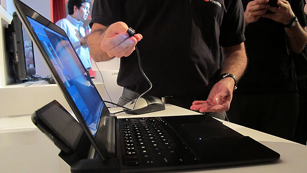 Lapdock transforma o smartphone Atrix, da Motorola, em um notebook (Foto: Laura Brentano/G1)