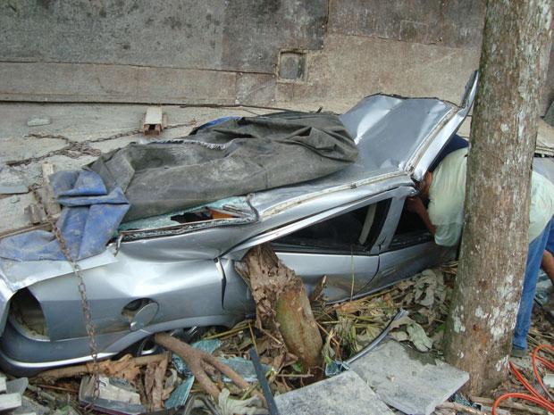 Apesar do acidente, o motorista do carro teve somente ferimentos leves e foi encaminhado ao hospital, segundo a Polícia Militar. O motorista da carreta não ficou ferido.  (Foto: Divulgação/PM)