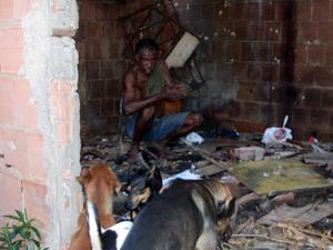 Homem acusa familiares de incendiar casa no RJ por causa de cachorros (Foto: Christiano Ferreira/G1)