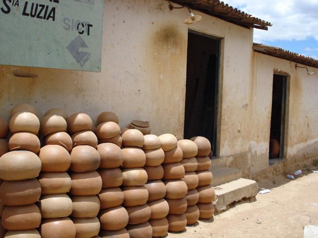 A produção de peças de cerâmica pelas mulheres é uma das tradições mantidas há gerações pelas famílias. (Foto: Divulgação/Incra/PB)