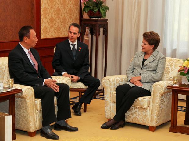 A presidente Dilma Rousseff conversa com o presidente da Empresa Foxconn, Terry Gou, em Pequim (Foto:  Roberto Stuckert Filho/PR)