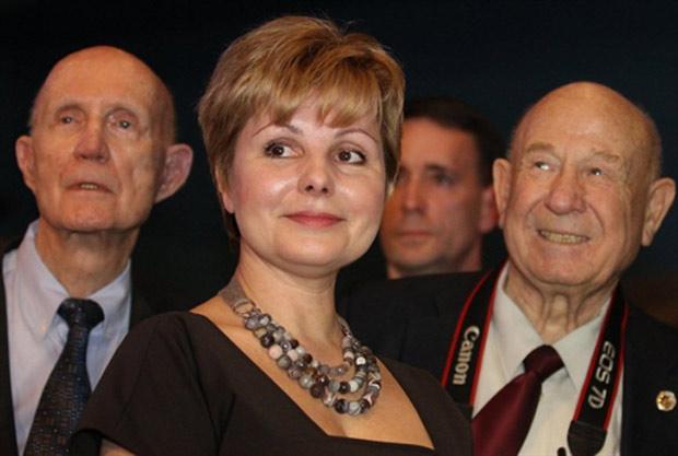 O astronauta norte-americano Thomas Stafford (à esquerda), a filha de Gagarin, Elena (centro), e Alexey Leonov (à direita), amigo e também tripulante das missões Vostok. (Foto: Alexey Sazonov / AFP Photo)