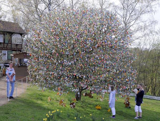Árvore é decorada com quase 10 mil ovos de Páscoa. (Foto: Jens Meyer/AP)