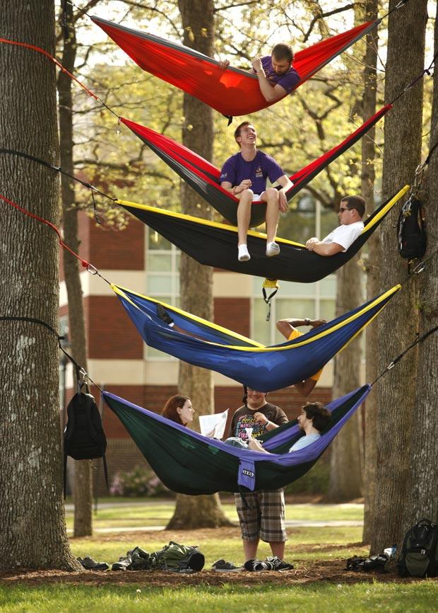 Estudantes penduraram as redes em cinco alturas diferentes. (Foto: John Hansen/The News & Observer/AP)