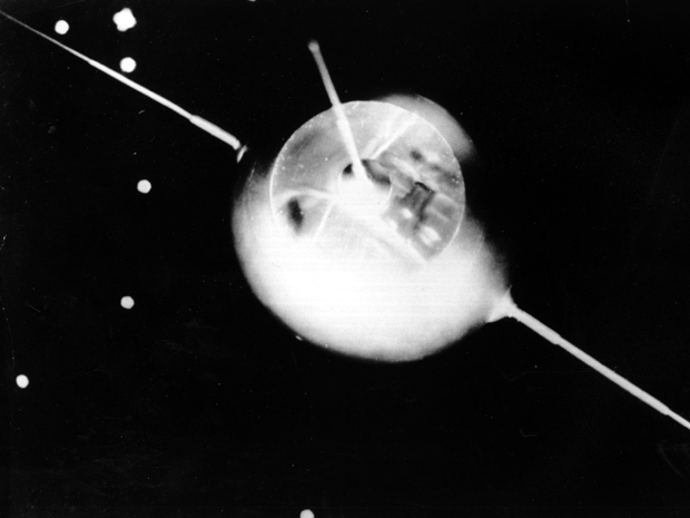 Modelo do Sputnik, primeiro satélite lançado pela URSS (Foto: AP Photo)