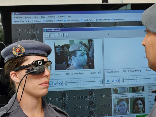 O óculos especial da PM foi apresentado nesta terça-feira (12) (Foto: Márcio Fernandes / AE)