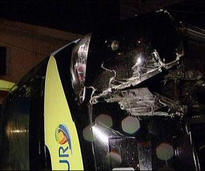 ônibus tombado (Foto: Reprodução / TV Globo)