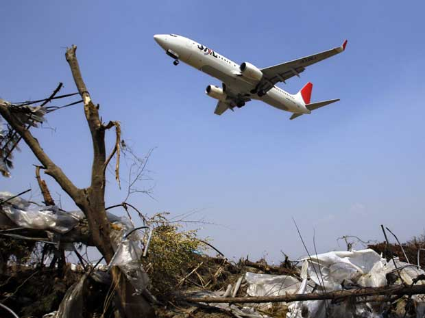 A Japan Airlines faz primeiro pouso no Aeroporto de Sendai, devastado pelos desastres naturais que atingiram o Japão em 11 de março. (Foto: Sergey Ponomarev / AP Photo)