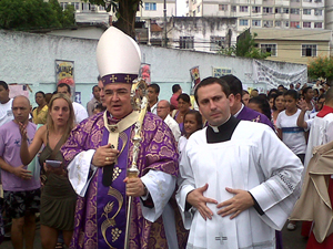 Arcebispo Dom Orani Tempesta chega ao local da missa em Realengo (Foto: Patrícia Kappen/G1)