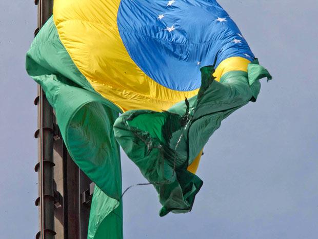 Bandeira da Praça dos Três Poderes, em Brasília, queimada por homem que escalou mastro de 100 metros de altura nesta quarta-feira (13) (Foto: Dorivan Marinho/Futura Press)
