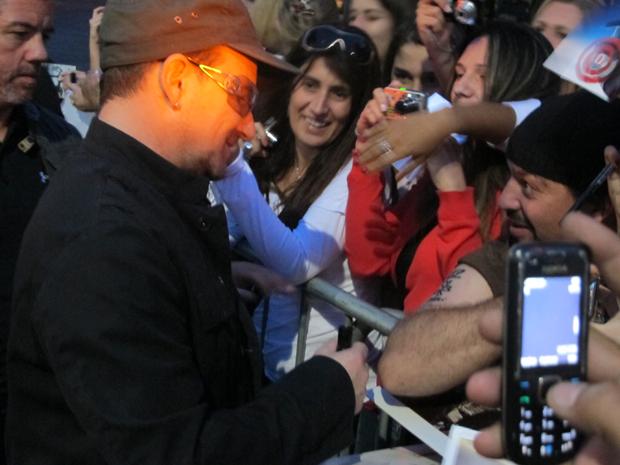Bono Vox, vocalista do U2, atende o publico (Foto: Fabiano Correia / G1)